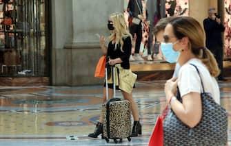 Primi segni di  ripresa a Milano, offerte e saldi per invogliare le spese con diverse code fuori dai negozi di abbigliamento, Milano, 13 giugno 2020, ANSA/PAOLO SALMOIRAGO