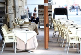 Tavolini esposti all'esterno diun bar in corso Vittorio Emanuele a Milano,  18 Maggio 2020. Dopo oltre due mesi di lockdown, i milanesi riscoprono il piacere di un espresso al bar, al banco prima di andare al lavoro o seduti al tavolino con le dovute distanze. Da oggi anche a Milano riaprono i bar con le nuove regole per evitare il contagi ANSA / MATTEO BAZZI