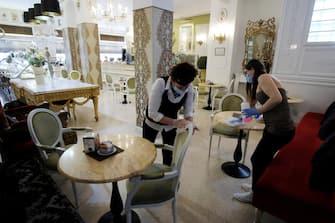 Sanificazione e ultimi preparativi al bar ristorante Dezzutto in occasione della riapertura, Torino, 22 Maggio 2020 ANSA/ ALESSANDRO DI MARCO