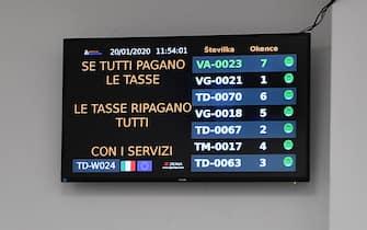 Un pannello luminoso deI nuovi locali dell'Agenzia delle Entrate di via Finocchiaro Aprile durante l'inaugurazione. Genova, 20 Gennaio 2020. ANSA/LUCA ZENNARO