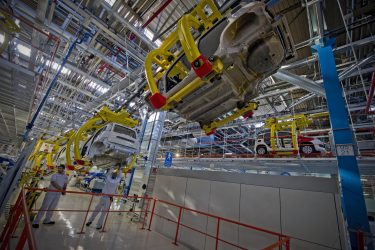 Operai al lavoro nella catena di montaggio della Fiat Panda nello stabilimento di Pomigliano d'Arco a Napoli, in una foto d'archivio. ANSA / CIRO FUSCO