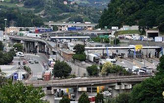 Lunghe code nel nodo autostradale di Genova, a causa della chiusura del tratto autostradale che va da Genova Bolzaneto al bivio con la A12; sulla A7 code verso la città' genovese sino a 14 km e traffico in tilt sulla viabilità' ordinaria in Valpolcevera. Genova, 08 Luglio 2020. ANSA/LUCA ZENNARO