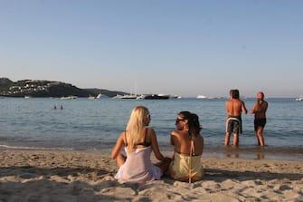 ©Pool Sardegna2009/Lapresse19-08-2009 Porto Rotondo,Golfo di MarinellaSpettacoloNoemi Letizia in vacanza in Sardegna sta passando le giornate in spiaggia, proprio dall'altra parte del golfo di Marinella dove si affaccia l'ingresso dal mare di Villa Certosa. Corteggiatissima da tutti e fotografata come una star, la ragazza napoletana si scatena nel ballo su un lettino da sole. ma mentre lei si diverte sembra che la sua presenza sull'isola ha messo in crisi il ritorno del premier ch preferisce tenersi lontano da facili polemicheNella Foto:Noemi Letizia