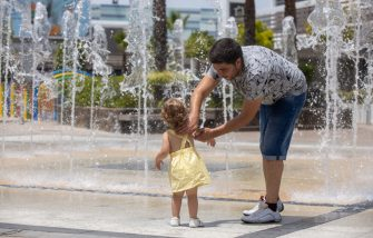 JEREZ DE LA FRONTERA, SPAIN - JULY 07: A father cools his daughter in the fountain of a shopping center on July 07, 2020 in Jerez de la Frontera, Spain. According to the Spanish Meteorology Agency, a heatwave is crossing the country. As of this Tuesday, the heat has put some fifteen provinces of Andalusia, Castilla and Leon, Castile-La Mancha, Extremadura and Madrid on notice, with maximum temperatures ranging from 32ºC to 41ºC. (Photo by Juan Carlos Toro/Getty Images)