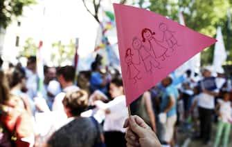 Famiglie e bambini durante la manifestazione organizzata da Generazione Famiglia e altre associazioni vicino al Ministero dell'Istruzione per protestare contro il gender nelle scuole, 17 giugno 2017, Roma. ANSA/RICCARDO ANTIMIANI