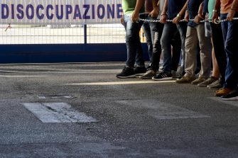 Il presidio dei 178 dipendenti di Atitech Manufacturing che si sono incatenati dinanzi allo stabilimento di Napoli chiedendo un incontro con i vertici aziendali dopo la decisione unilaterale di ricorrere per tutti i lavoratori alla cassa integrazione, 6 luglio 2017. ANSA / CIRO FUSCO