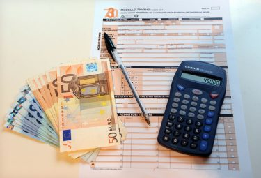 Milano - Dichiarzione dei redditi - Tasse (Rich / IPA/Fotogramma,  - 2016-11-23) p.s. la foto e' utilizzabile nel rispetto del contesto in cui e' stata scattata, e senza intento diffamatorio del decoro delle persone rappresentate