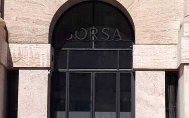 Il Palazzo Mezzanotte sede della Borsa Italiana a Milano in un'immagine d'archivio, 26 settembre 2018. ANSA/ Massimo Lapenda