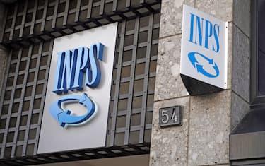 Milano - Sede Inps - Istituto di previdenza sociale (Rich / IPA/Fotogramma,  - 2020-01-12) p.s. la foto e' utilizzabile nel rispetto del contesto in cui e' stata scattata, e senza intento diffamatorio del decoro delle persone rappresentate
