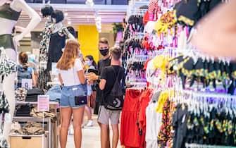 Milano - Shopping in centro, saldi e sconti estivi (Marco Passaro/Fotogramma, Milano - 2020-07-21) p.s. la foto e' utilizzabile nel rispetto del contesto in cui e' stata scattata, e senza intento diffamatorio del decoro delle persone rappresentate