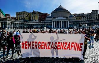 Lavoratori protestano durante l'emergenza Covid in piazza Plebiscito, a Napoli