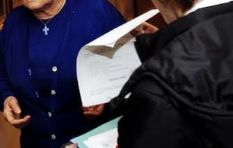 Un venditore porta a porta al lavoro mentre illustra un contratto