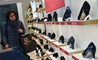Primo giorno di saldi invernali nei negozi del centro di Torino, 4 gennaio 2020 ANSA/ ALESSANDRO DI MARCO