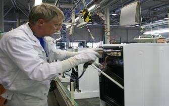 © Roberto Monaldo / LaPresse18-10-2004  Lodz (Polonia)EconomiaInaugurazione del nuovo stabilimento di frigoriferi di Merloni ElettrodomesticiNella foto Catena di montaggio all'interno dello stabilimento