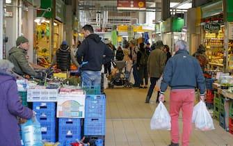 Persone fanno la spesa al mercato Trionfale nonostante il decreto sul coronavirus a Roma, 10 marzo 2020 ANSA/FABIO FRUSTACI