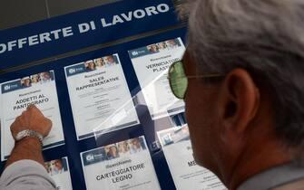 Un uomo controlla gli annunci di lavoro esposti in una agenzia per l'occupazione a Pisa.  ANSA/FRANCO SILVI