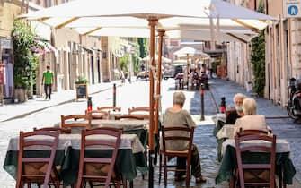 Bar e ristoranti semi deserti a Borgo Pio per i pochi turisti presenti nella Capitale, Roma 6 luglio 2020. ANSA/ALESSANDRO DI MEO