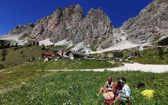 """E' partita bene la stagione estiva sulle Dolomiti, anche se i numeri degli anni scorsi ovviamente sono lontani. """"Le previsioni fino a metà settembre sono buone, siamo fiduciosi di portare a casa una stagione positiva"""", afferma Andrea Weiss, direttore Azienda di turismo della val di Fassa. """"Da alcuni giorni registriamo un forte incremento degli accessi al nostro portale web. C'è tanta voglia di godersi in piena libertà le montagne, gli spazi e i paesaggi, anche se con qualche servizio in meno"""", spiega Weiss. ANSA/STEFAN WALLISCH"""