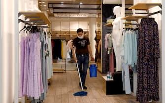 Pulizie in un negozio di abbigliamento che riaprira' il 18 maggio durante la fase 2 dell'emergenza Coronavirus a Milano, 14 maggio 2020.ANSA/Mourad Balti Touati