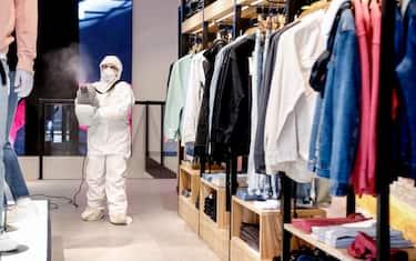 Un addetto di una società privata sanifica un negozio di abbigliamento nel centro in vista della fase 2 di riapertura graduale dell attività commerciali durante l'emergenza Coronavirus a Milano, 22 aprile 2020.ANSA/Mourad Balti Touati