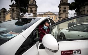 Taxi per il trasporto gratuito del personale medico allÕesterno dellÕospedale Spallanzani durante lÕemergenza per il Covid-19 Coronavirus, Roma, 17 marzo 2020. ANSA/ANGELO CARCONI