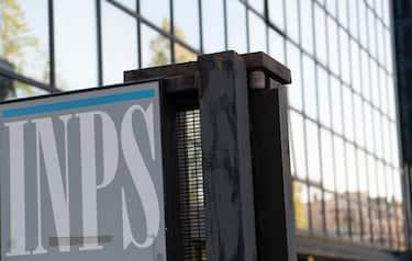 La sede INPS di Roma Montesacro, 15 aprile 2020. LÕistituto ha iniziato oggi ad erogare i 600 euro di bonus sui conti correnti di oltre 1 milione e 800mila lavoratori autonomi, circa il 50% della platea totale, che verr  completata entro il fine settimana.MAURIZIO BRAMBATTI/ANSA