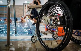 Alcune fasi dei corsi di nuoto e di immersione per disabili organizzati dagli istruttori della HSA (Handicapped Scuba Association) e dalla struttura sportiva Ecumani, situata nel cuore del centro storico di Napoli, 10 febbraio 2019.  ANSA/CESARE ABBATE
