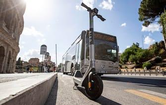 Monopattino elettrico parcheggiato in strada sulla corsia preferenziale al Colosseo, Roma, 4 agosto 2020 ANSA/MASSIMO PERCOSSI