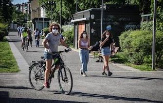 Una donna in bicicletta lungo il Naviglio Grande nel primo giorno di apertura dopo il lockdown , Milano 04 Maggio 2020. Ansa/Matteo Corner