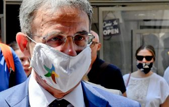 il ministro per l'Ambiente Sergio Costa, a Napoli per dare sostegno al candidato del Movimento cinque stelle  alla presidenza della regione Campania Valeria Ciarambino, 9 luglio 2020 ANSA/ CIRO FUSCO