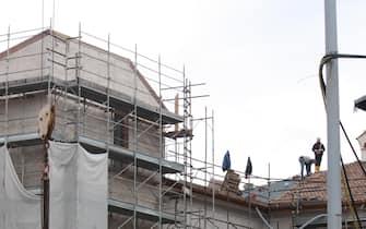 L'Aquila, operai al lavoro nei cantieri della ricostruzione, in una foto diffusa il 3 aprile 2015. ANSA/ ENRICA DI BATTISTA