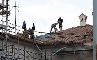 Portoni ancora chiusi dalle catene, in attesa di ricostruzione, L'Aquila, 3 aprile 2015. ANSA/ENRICA DI BATTISTA