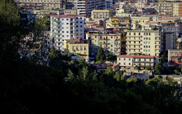 Una panoramica di edifici  della citta' di Napoli .  L'acquisto della casa è una delle spese maggiori che le famiglie italiane devono sostenere. A livello nazionale si evince che adesso sono necessarie 6,4 annualità di stipendio per comprare casa, in leggera diminuzione con quanto rilevato nel 2014 (6,6 annualità). E' quanto risulta da un'indagine di Tecnocasa basata sul prezzo di un medio usato a Giugno 2015, e sulle retribuzioni contrattuali annue di cassa per dipendente (al netto dei dirigenti) a tempo pieno. Si è inoltre ipotizzato che il reddito fosse destinato interamente all'acquisto dell'abitazione, 12 ottobre 2015. ANSA / CIRO FUSCO