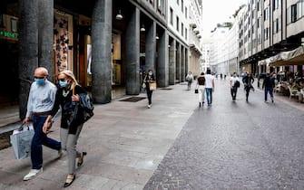 Milanesi in Corso Vittorio Emanuele durante la fase 2 dell'emergenza Coronavirus a Milano, 19 maggio 2020.ANSA/Mourad Balti Touati