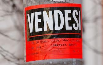 Un cartello di vendita casa