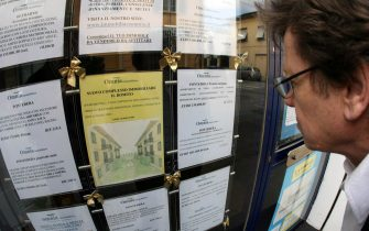 PONTEDERA (PISA) 05 MARZO 2007- Casa: indagine; 50mq. in Italia? Servono 26 anni di risparmio. Un uomo controlla le offerte riguardanti case in un' agenzia immobiliare di Pontedera (Pisa). FRANCO SILVI/ANSA
