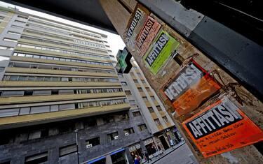 Mercato immobiliare in crisi: cartelli di affittasi e vendesi a Napoli. ANSA / CIRO FUSCO