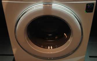 Vista frontale di una lavatrice