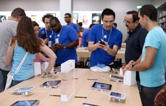 Employees show to customers Apple's iPhone 5 smartphones over iPads in a new Apple store on July 6, 2013 in Rosny-sous-Bois, near Paris. AFP PHOTO / THOMAS SAMSON        (Photo credit should read THOMAS SAMSON/AFP via Getty Images)