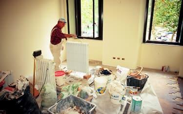 RISTRUTTURAZIONE CASE INTERNI EDILIZIA (Alberto Cattaneo/Fotogramma, MILANO - 2000-12-11) p.s. la foto e' utilizzabile nel rispetto del contesto in cui e' stata scattata, e senza intento diffamatorio del decoro delle persone rappresentate