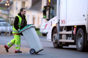 A garbage collector is at work in the streets of Le Mans, western France, on April 11, 2013. AFP PHOTO / JEAN FRANCOIS MONIER (Photo by JEAN-FRANCOIS MONIER / AFP) (Photo by JEAN-FRANCOIS MONIER/AFP via Getty Images)