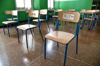 La classe dove mancavano i banchi, dove questo pomeriggio sono arrivati e installati nell'aula della scuola Mazzini, dopo la polemiche per la foto dei ragazzi inginocchiati diffusa via social. ANSA/LUCA ZENNARO