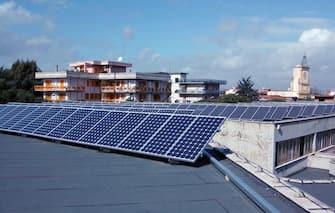 Pannelli solari per la produzione di energia elettrica sul tetto di un edificio