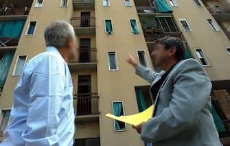 AMMINISTRATORE DI STABILE IN UN CONDOMINIO CONTROLLA LAVORI DA EFFETTUARE CON UN INQUILINO CONDOMINO ESTERNI PALAZZI POPOLARE (Alessandro Grassani/Fotogramma, MILANO - 2004-09-10) p.s. la foto e' utilizzabile nel rispetto del contesto in cui e' stata scattata, e senza intento diffamatorio del decoro delle persone rappresentate