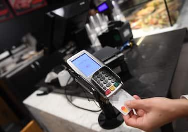 Un pagamento POS con carta di credito a Roma, 18 dicembre 2019.  ANSA / ETTORE FERRARI
