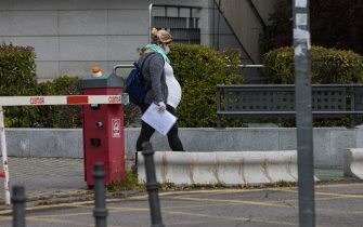 MADRID, SPAIN - APRIL 14: A pregnant woman wearing a face mask is seen at the La Paz University Hospital on April 14, 2020 in Madrid, Spain. Spain is beginning to reduce strict lockdown measures to ease its economy, people in some services including manufacturing and construction are being allowed to return to work but must adhere to strict safety guidelines. More than 18,000 people are reported to have died in Spain due to the COVID-19 outbreak, although the country has reported a decline in the daily number of deaths. (Photo by David Benito/Getty Images)
