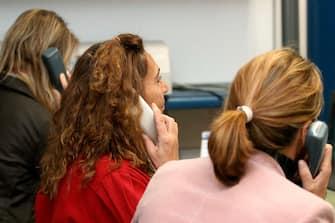 MILANO - 10/2005 donne al lavoro in ufficio  NELLA FOTO CALL CENTER PH DILETTO (/ IPA/Fotogramma,  - 2005-10-01) p.s. la foto e' utilizzabile nel rispetto del contesto in cui e' stata scattata, e senza intento diffamatorio del decoro delle persone rappresentate