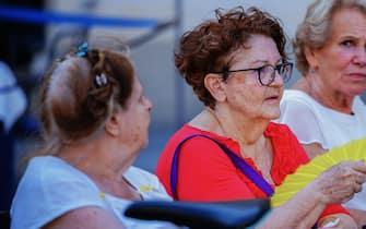 Anziani riposano su una panchina a piazza San Carlo, Torino,  23 luglio 2019 ANSA/TINO ROMANO