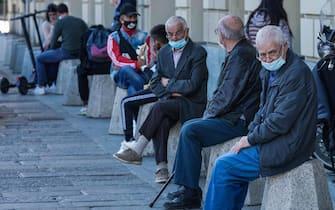 Coronavirus Covid 19: anziani con mascherina seduti in piazza Castello. Torino 08 ottobre 2020 ANSA/TINO ROMANO