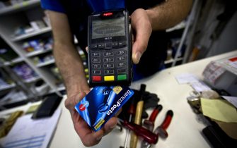 Un pagamento tramite bancomat, Roma, 30 giugno 2014. ANSA/MASSIMO PERCOSSI